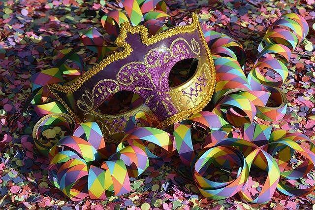 maschere, coriandoli e stelle filanti. L'emblema del carnevale moderno